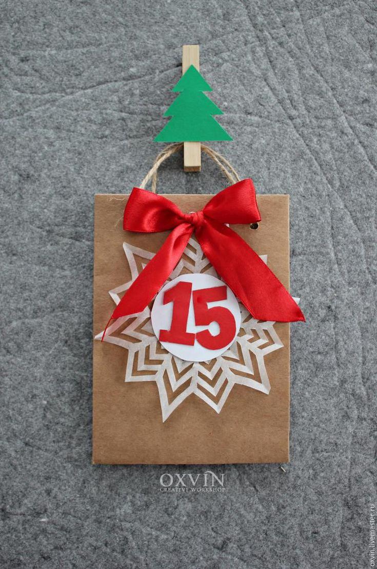 Сегодня хочу рассказать, как я делала для дочки адвент-календарь к Новому году. Так как в декабре в нашей семье ожидается пополнение — озадачилась я календарем еще в ноябре. Долго искала идею пока не наткнулась вот на это фото: взяла эту идею за основу. Для начала начертила все на бумаге: т.к. такого количества досок у меня не было (как на первой фотографии) решила что ёлка будет из тонкой фанеры, которая как раз лежала без дела.