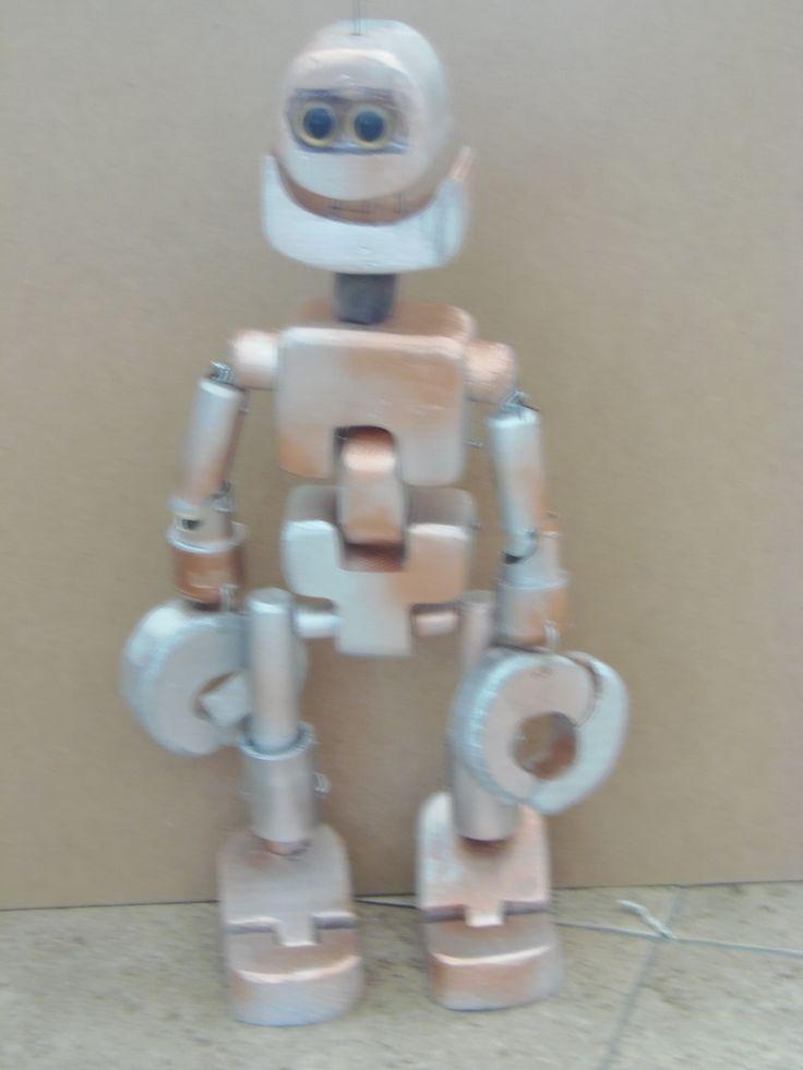 se pinto madera y tubos de la marioneta con pinturas tipo metalicas