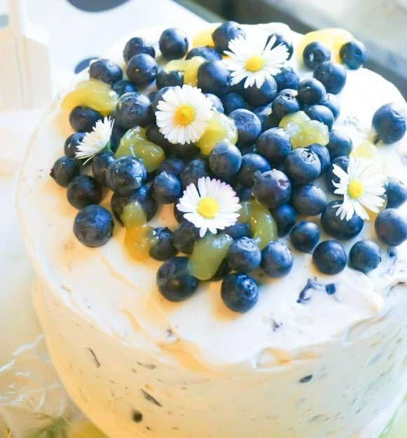 Härlig midsommartårta med blåbär och lemoncurd. Jag vet att jordgubbar är väldigt mycket midsommar men den här blåbärstårtan med lemoncurd fångar ju faktiskt upp de svenska färgerna på ett fint sätt och jag ÄLSKAR blåbär. Men vill man ha någon annan smak så går det bra att byta ut mot jordgubbar eller hallon. Jag lovar… Läs mer Citron- och blåbärstårta