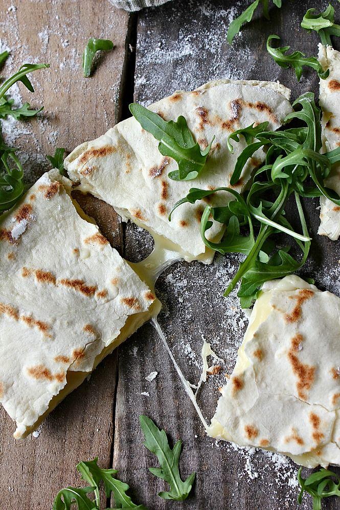 Torta al testo rellena de queso y rúcula