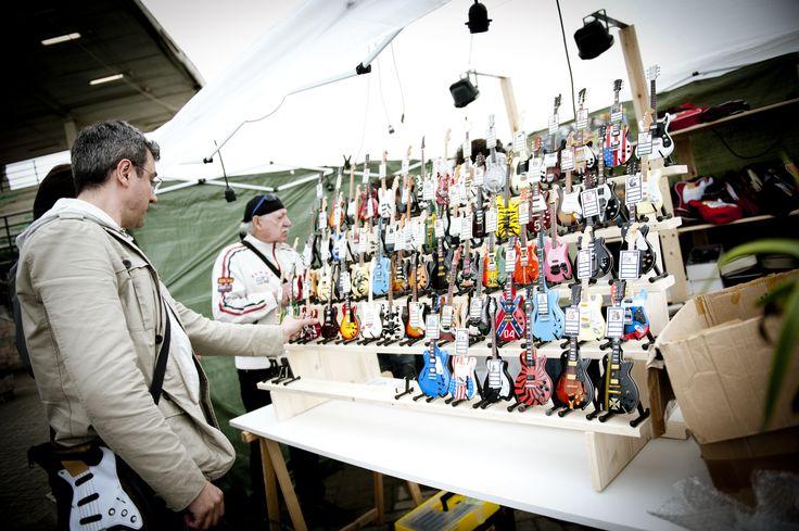 Al FIM, un'esposizione di chitarre in miniatura riprodotte fedelmente alle originali per gli amanti del collezionismo. FIM - Fiera Internazionale della Musica. 25 | 26 Maggio 2013. Ippodromo dei Fiori | Villanova d'Albenga (SV). www.fimfiera.it