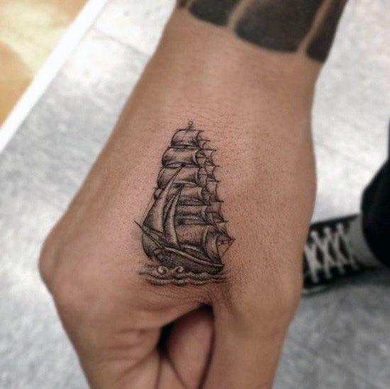 Petit tatouage discret d'un bateau sur la main https://tattoo.egrafla.fr/2016/03/01/modeles-tatouage-main/
