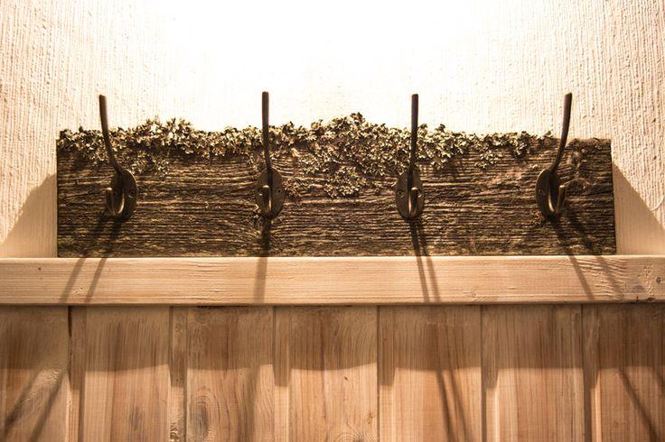 Rustiikkinen pyyhenaulakko 4:llä koukulla  Vanhan ladon seinälaudasta tehty rustiikkinen naulakko kahdella metallisella antiikkikoukulla. Koko: pituus n. 48cm, korkeus n. 10cm Materiaali: käsittelemätöntä puuta, aitoa jäkälää, valetut metallikoukut Valmistaja: by Johanna Amnelin™ http://www.salonsydan.fi/tuote/rustiikkinen-pyyhenaulakko-4lla-koukulla/