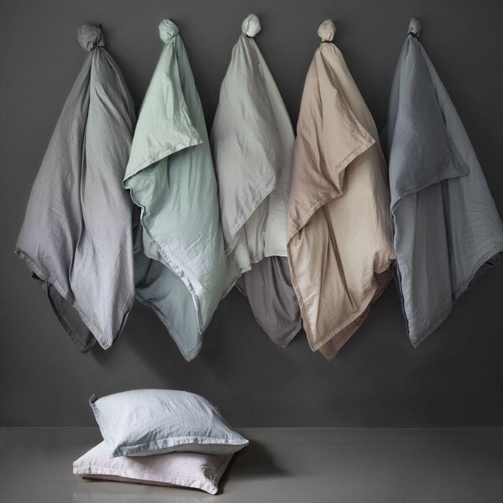 Flot og lækkert GoodNorm sengesæt fra Menu og designet af Norm Architects. Dynebetrækket og pudebetrækket er to-sidet, glat på den ene side og trykt med et grafisk monster på den anden. Fås i 6 farver.
