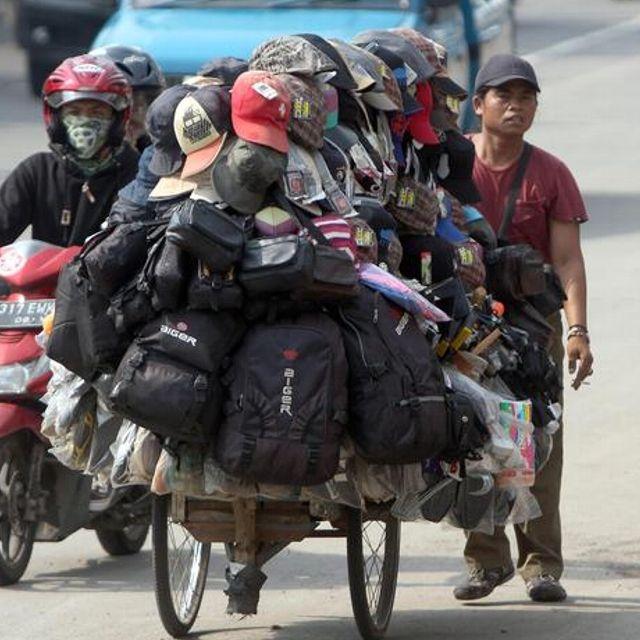 Un venditore ambulante per le strade di #Jakarta