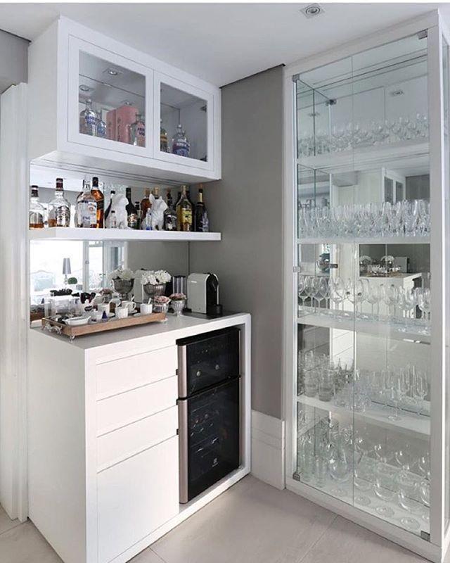 Sabe aquele canto, que você não sabe o que fazer??? Eis uma ótima sugestão ... Bar cristaleira!!! By @moniserosaarquitetura foto @mariana_orsi #arquitetura #decor #arquiteturadeinteriores #home #homedecor #homedesign #style #homestyle #interiores #instahome #idea #instadecor #interiordesign #decoração #decoreseuestilo #desingdecor #detalhes #decoration #decorando #luxury #bar #cristaleira #casaluxo #casachic #decore #luxo #arquiteta #ambientes #instadesign #design