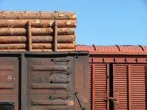 Carruagens de carga na estação de trem de Stock