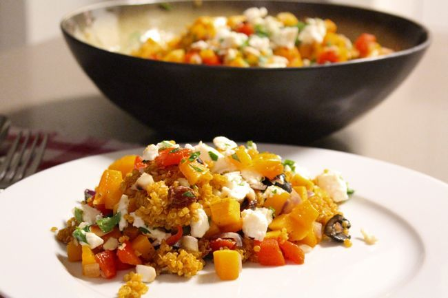 Deze quinoasalade voor wereld vegetarisme dag is een lekker en gezond recept om minde vlees te gaan eten. Quinoa is een prima alternatief voor vlees want het bevat veel eiwitten.