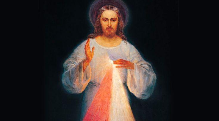 """Esta imagen le fue revelada a Santa Faustina en 1931 y Jesús mismo le pidió que se pintara. Luego el Señor le explicaría su significado y lo que los fieles alcanzarán con ella. No obstante Santa Faustina lloró al ver que la imagen, en su opinión, """"no reflejaba"""" toda la belleza de Jesús, pero Él la animó."""