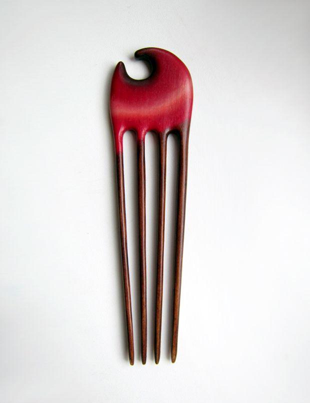 Dřevěná jehlice do vlasů - čtyřjehla Vlasová jehlice vyrobená z pevného a zároveň pružného jasanového dřeva. Díky počtu jehliček drží účes velmi pevně a vydrží ve vlasech celý den bez úpravy. Hodí se i pro velmi dlouhé a husté vlasy. Mořena je olejovými barvami a fixována speciálním lakem na dřevo, vydrží tedy i mírnou vlhkost a je chráněna před ...