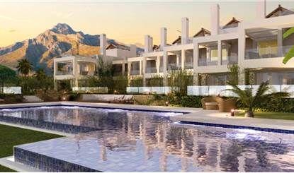 Marbella, Sierra Blanca. Proponiamo un nuovo complesso di sole 7 lussuose villette a schiera, disposte su 4 livelli, in una delle zone residenziali più esclusive di Marbella, Sierra Blanca, caratterizzata da splendide vedute panoramiche che si possono godere da ogni singola unità: il Mar Mediterraneo, il porto turistico di Puerto Banus, Africa, tutte le montagne circostanti del rinomato Parco Naturale della Sierra Blanca.