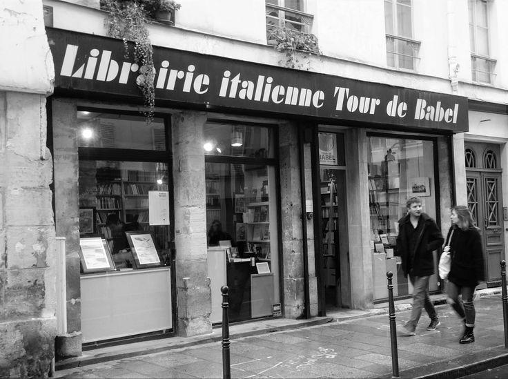 Parigi, la libreria italiana «Tour de Babel» di Fortunato Tramuta, al numero 10 di Rue du Roi de Sicilie.
