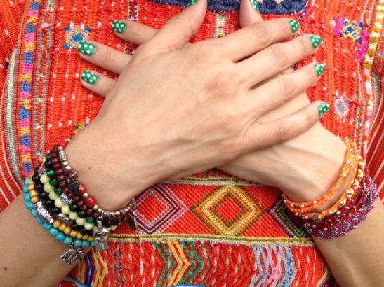 Homenaje a Frida Khalo y Lila Downs: huipil guatemalteco y pulseras
