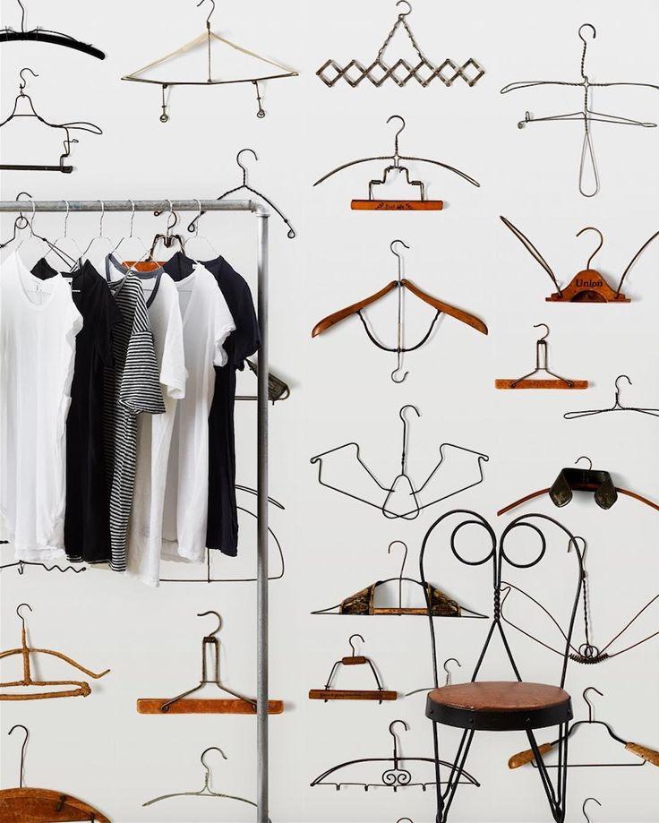 Коллекция Obsession от NLXL – случайная идея, родившаяся в разговоре автора серии Даниеля Розенстрока и основателя NLXL Рика Винтаж о страсти к собирательству и коллекционированию. Коллекция получилась атмосферной – светло-серые и бежевые обои со множеством принтов повседневных вещей: вилок, ложек, рамок для фотографий, вешалок для одежды. В них хочется разглядеть каждую мелочь. Если Вы смелый ценитель прекрасного, то философия этих коллекций придется Вам по вкусу.  Образцы можно посмотреть…