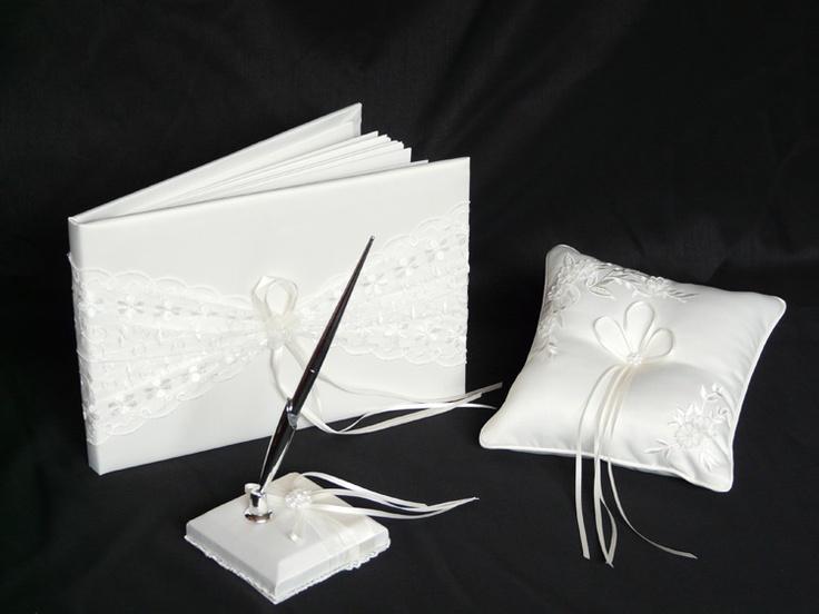 Set bestaat uit het receptieboek, een pen en een ringkussentje. In ivoor kleur met borduur decoratie.    receptieboek 28x18,5cm (40 pgs)    ringkussentje 18 x 18