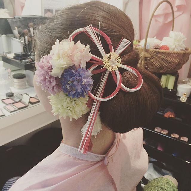 水引き風ヘッドアクセが素敵な上品シニヨン♡ 色打掛に合うシニヨンヘア一覧。白無垢・色打掛を着る際の髪型の参考に☆