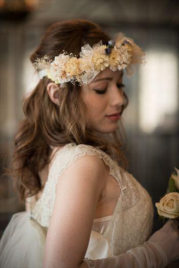 アンティークな印象の ウェディングドレス・カラードレスに合う〜ダウンの花嫁衣装の髪型まとめ一覧〜