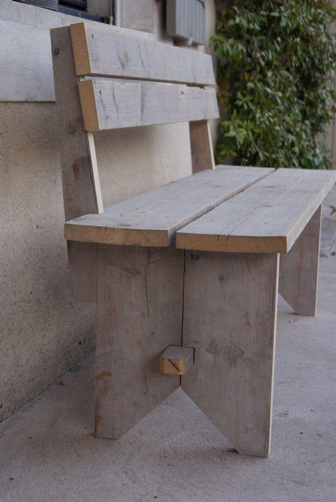 Sous une fenêtre ... à l'ombre d'un arbre... Un banc où il fait bon se poser !  Fabriqué en bois brut de chantier - Visserie en Inox.  Dimensions : (Long. x haut totale x Prof) 140 x 80 x 44 cm Prix 350,00 €