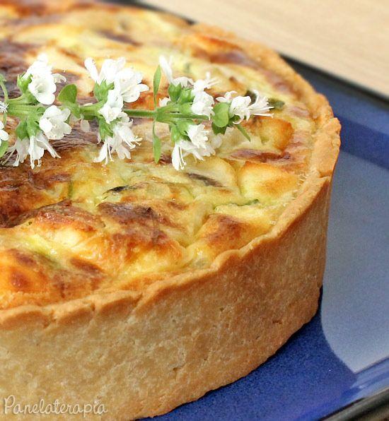 Torta de abobrinha, queijo coalho e cogumelos ou pode substituir com o que sobrou na geladeira