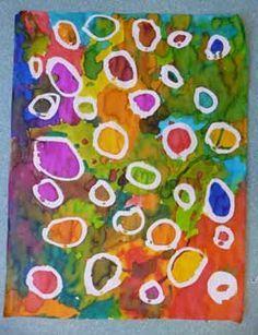 Les enfants doivent réaliser un graphisme basique avec le drawing gum et un pinceau. Quand celui-ci est sec, les enfants appliquent de l'encre sur toute la surface, les mélanges sont conseillés. Ils frottent ensuite le drawing gum.
