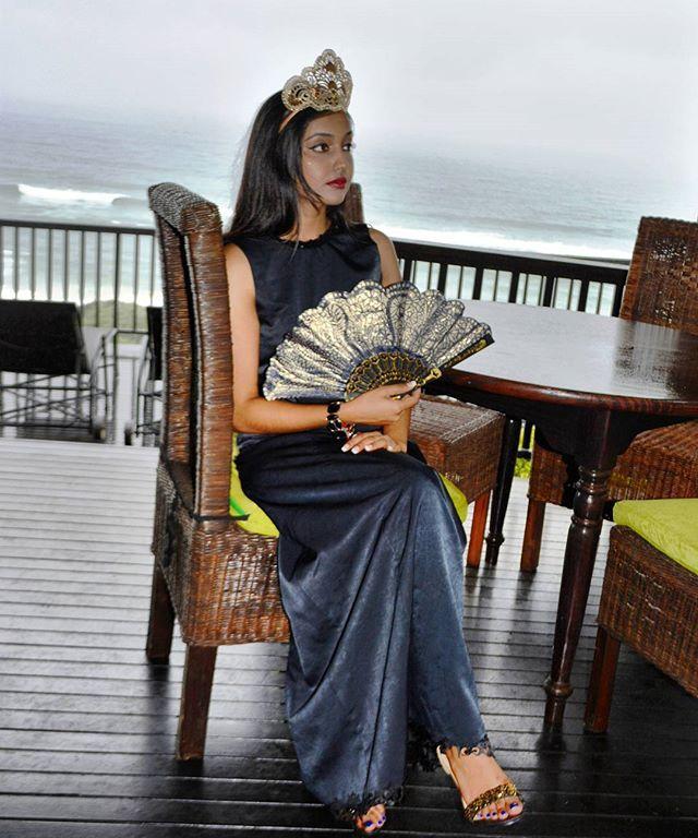 The Queen... Crown & fan from manually perforated fabric. Designed & handmade by Natalia Alexandrova. Model: Leah Singh #handmade #design #fan #fantasyart #designernataliaalexandrova#masquerade #fashion #crown #festivals #gold #hat #silvercrown # princess #uniquedesign #crownhandmade #princess #designaccessories #queen #маскарад #костюмдлямаскарада #ручнаяработа #королева #корона коронаручнойработы