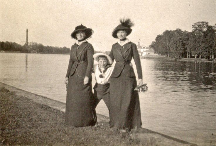 Olga and Tatiana with their little cousin in Tsarskoe Selo, 1915