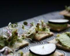 Crackers au radis noir et à la purée d'avocat au citron confit - Une recette CuisineAZ