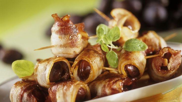 Süß-salziges Fingerfood schnell zubereitet : Pflaumen im Speckwickel | http://eatsmarter.de/rezepte/pflaumen-mit-speckwickel