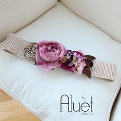 Cinturón Xanela beige con flores rosas y moradas para un look de boda de invitada perfecta. Cinturón hecho a mano en Galicia - Aluèt
