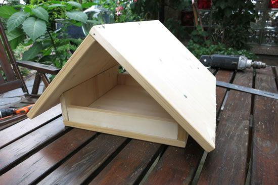 Vogelfutterhaus Selber Bauen   Mit Dieser Einfachen, Preiswerten Und  Schnellen Bauanleitung Können Sie Ein Futterhaus Für Vögel Im Winter Selber  Machen.