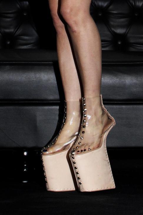 Lady Gaga, scarpe dal plateau imponente, alte 46 centimetri: è il nuovo look giapponese da geisha - Il Sole 24 ORE