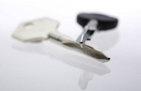 """CHIAVI A CROCE  L'inconfondibile profilo a """"X"""" di queste chiavi è sinonimo di sicurezza. Sono utilizzate soprattutto in ambito industriale, dove è necessario unire la compattezza della serratura a una robustezza ed efficienza di alto livello. Anche in questo tradizionale settore, Keyline offre una vasta gamma di ricambi e garantisce la sua consolidata qualità di duplicazione per i sistemi più diffusi."""