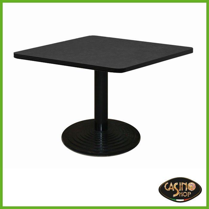 ART.0139  Tavolo da burraco.  Tavolo da gioco con base in ghisa con solido appoggio di diametro 60 cm e tubo tondo verniciato.  Il tavolo è costruito in legno e il piano è rivestito con un panno in microfibra dal colore nero.  Dimensioni: 80x80 cm. Altezza: 74,5cm.