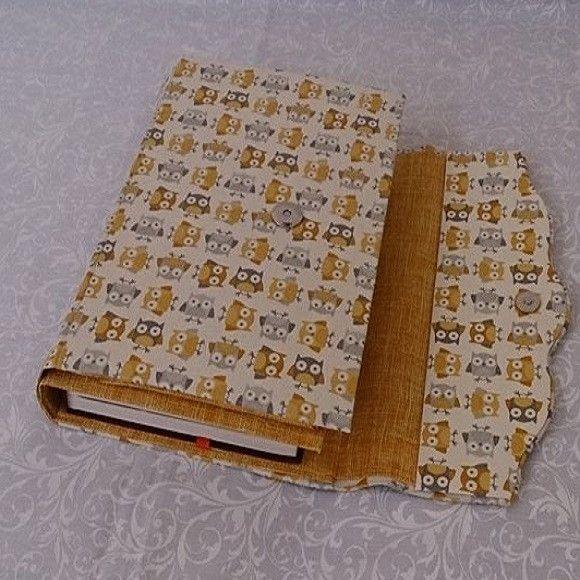 Capa para bíblia feita em cartonagem com fecho em metal e bolso para documentos . <br> <br>*** opção com alça em coro sintético ou em tecido. <br> <br>Ideal para proteger a bíblia. <br> <br>Sob encomenda e sujeito a alteração de valor.