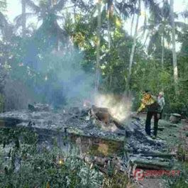 Gudang Kayu dan Rumah Terbakar - http://denpost.imediamu.com/2015/08/03/gudang-kayu-dan-rumah-terbakar/