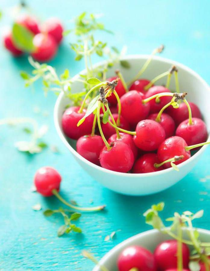 Si la saison des cerisiers en fleurs est vraiment très belle, la récolte des fruits est tout aussi réjouissante. On peut déguster les cerises gorgées de jus et de vitamines sous l'arbre, mais on peut aussi les cuisiner. Et pas qu'en clafoutis ou confiture ! La preuve avec ces 20 recettes