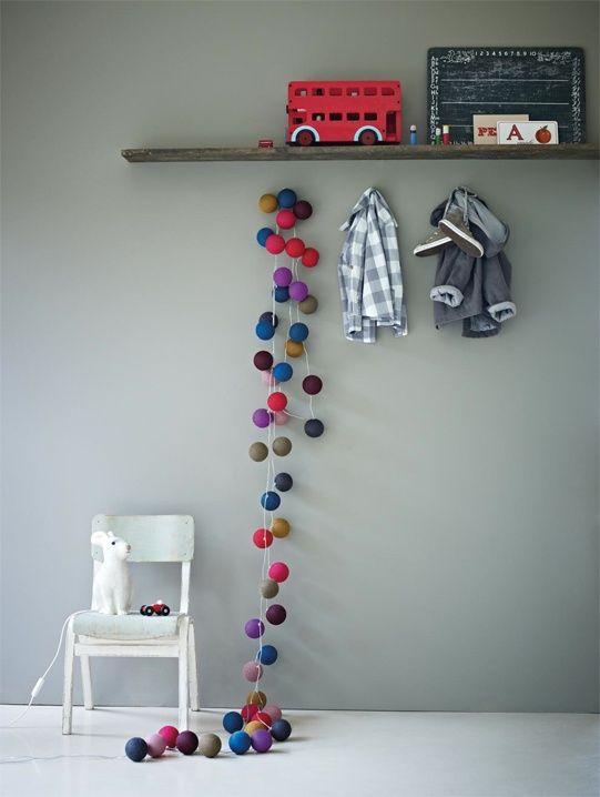 TIP #muurkleur grijs in combinatie met warme kleuren in accessoires via decoratualma