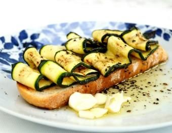 Bruschetta with grilled zucchini and fennel