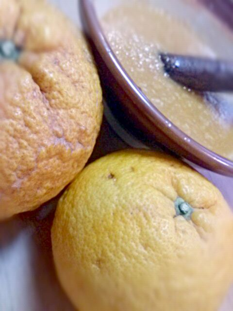 無農薬の夏みかんを沢山いただいたので、練り味噌を制作。皮とお砂糖たっぷりと絞り汁、味噌を練ります。今夜は祖父の大根かチンゲン菜を茹でて、夏みかん味噌でいただきます! 残った絞り汁は、朝のフレッシュジュースだよ~♪爽やか! - 8件のもぐもぐ - 夏みかん味噌 by mamaru