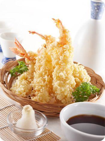 Recette Tempura de Crevettes, Préparer la pâte à tempura : dans un récipient, mélanger légèrement le jaune d\'oeuf battu avec l\'eau glacée, ajouter la farine en une seule fois puis fouetter légèrement à la fourchette. Le mélan