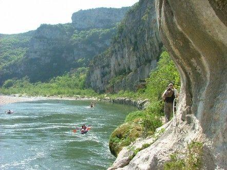 Site emblématique du département, la réserve naturelle des gorges de l'Ardèche est trop souvent perçue comme un simple lieu de consommation et de loisirs. Pourtant, en prenant le temps d'une randonnée accompagnée de guides-nature formés, la vraie richesse du site se dévoile : faune, flore, géologie, sites préhistoriques…
