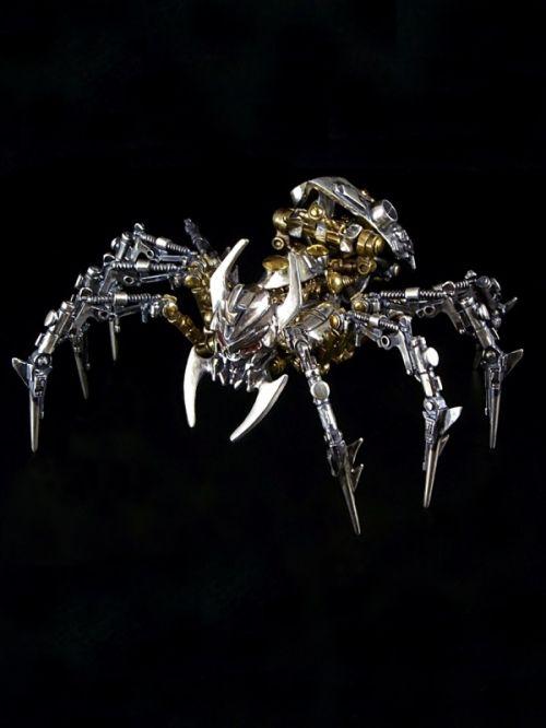 トランスフォーマーのデザイナーであり、タカラトミーの社員である作家江島多規男による、機械の身体に魂を宿したサイバー・ビーストたち。金属のパーツを組み上げて作り上げられる蜘蛛や鮫、豹などに込められたハイディティールと目を見張るギミックは、身に着ける装飾品でありながら、アート作品を想わせる佇まいを感じさせ、見る者を虜にします。虎の身体に、長い蜘蛛の手足、鬼の顔を持つと言われる妖怪「土蜘蛛」の名を冠したサイバー・ビースト。40にも及ぶパーツで構成されており、頭部、下半身、8本の脚も可動します。