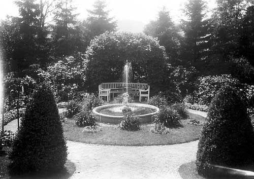 [Kalfarveien 37. Hage med fontene og hagemøbler ca. 1927] fra marcus.uib.no
