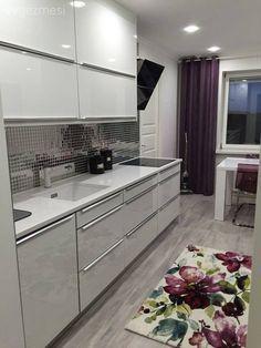 İskandinav stilin anavatanı İsveç'te yaşayan 25 yaşındaki Seda hanım, kendi dekorunda da minimalist bir stili tercih ediyor.. Modern stil beyaz mutfak dolapları, ayna mozaik fayansla şık bir görünüm a...