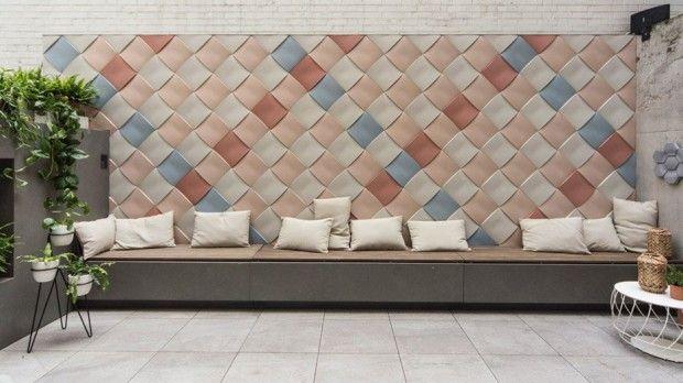 Le studio basé à Stockholm, Note Design Studio a créé cette sériede tuiles en béton surdimensionnées, texturées et ondulées pour la marque hongroise KAZA