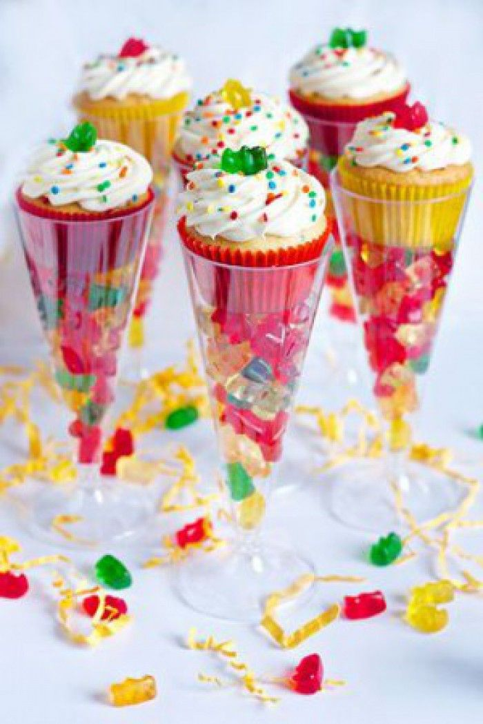 glas vullen met gummi beertjes en cupcake erin. Perfect als traktatie of voor op een feestje