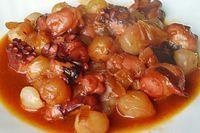 Χταπόδι στιφάδο. Ένα υπέροχο φαγητό για να γλείφεις τα δάκτυλά σου. Νοστιμότατο, χορταστικό φαγητό, για την οικογένειά σας ή σε τραπέζι για τους καλεσμένου