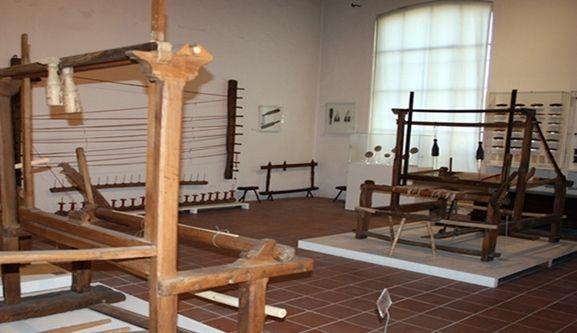 Museo del Lino – LOMBARDIA. PR - Via Mazzini 73, 26033 Pescarolo ed Uniti (CR), T/F: 0372836193  Gratuito – mar/ven: 9,30/12,30, pom e festivi su prenotazione - museodellino@gmail.com  Fondato: anni '60; sede e attuale allestimento: 2004. Strumenti e tecniche per la lavorazione del lino, della lana e della seta. Attrezzi per il lavoro dei campi. Utensili artigianali. http://www.rebel.lombardia.it/portfolio/museo-del-lino/ - http://www.lombardiabeniculturali.it