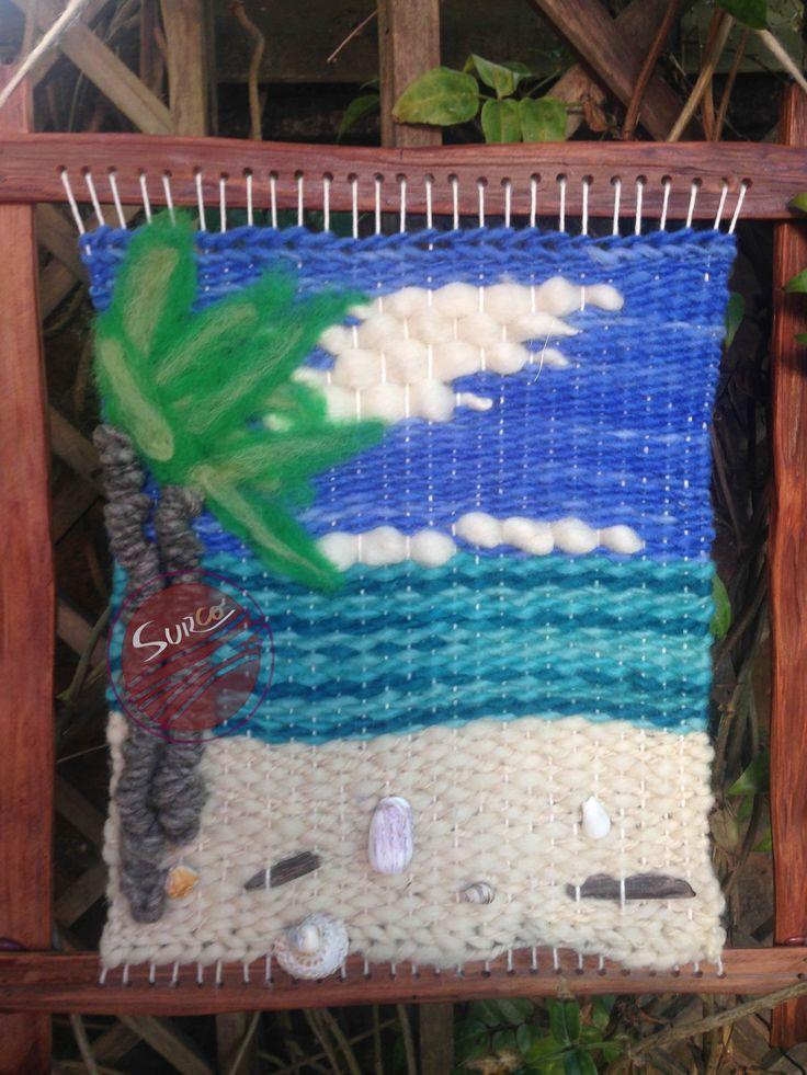 Telar decorativo en marco de alerce reciclado. Incluye técnicas de tejido de telar decorativo, embarrilado y vellón agujado, además de elementos recolectados en distintos lugares del país