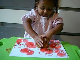 : Bricolage d'automne : empreintes de pomme